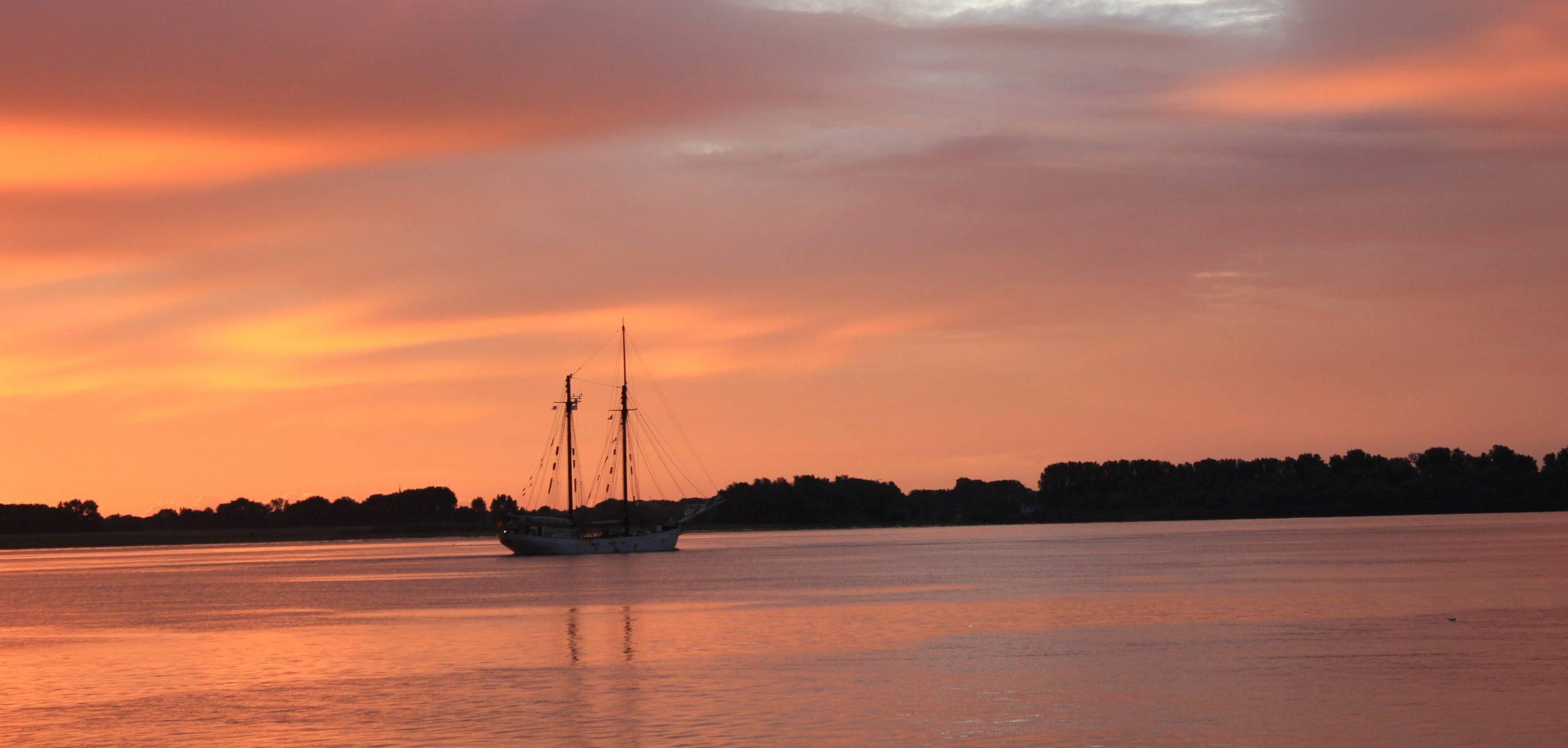 Avontuur im Sonnenaufgang kurz vor Hamburg 2020